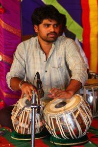 Ramesh jouant du tabla