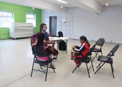 Julien et deux élèves de guitare